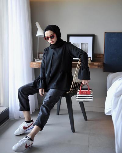 Tips Mix And Match Dengan Outfit Serba Hitam Yang Kekinian Untuk Hijabers Mungil Ala Joyagh