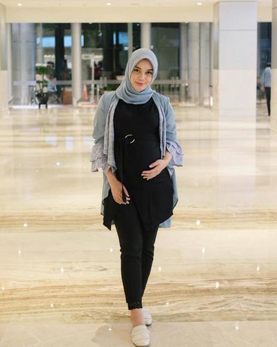 Siapa Bilang Para Ibu Hamil Yidak Bisa Mengikuti Tren Hijab Yang Kece Kenyataannya Ada Banyak Cara Untuk Padu Padan Style Hijab Ibu Hamil Yang Modis Dan Stylish Ala Fashion Kekinian Sebagai Referensi Kamu Dapat Mengintip Beberapa Inspirasi Style